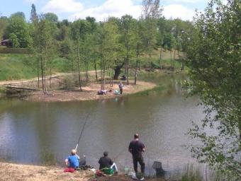 l'étang et sur la gauche le camping